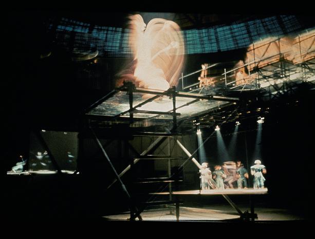 Imagine de ansamblu a scenei din spectacolul Gamme de 7 al lui Jaques Polieri