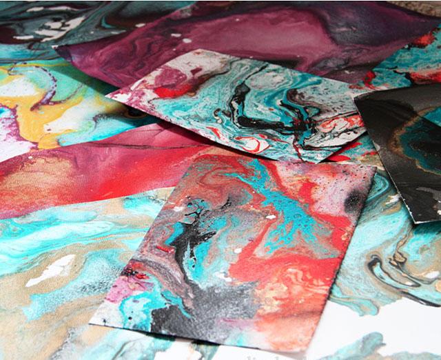 Hartie marmorata de diferite culori