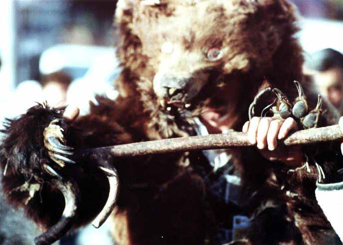 Dansator cu masca ursului